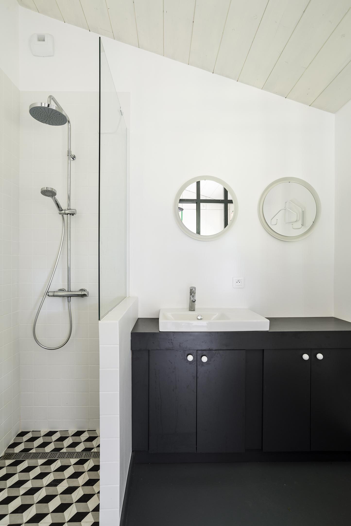 Lala Architectes_Maison_Landes_Salle de bain_Meuble sur-mesure_black&white