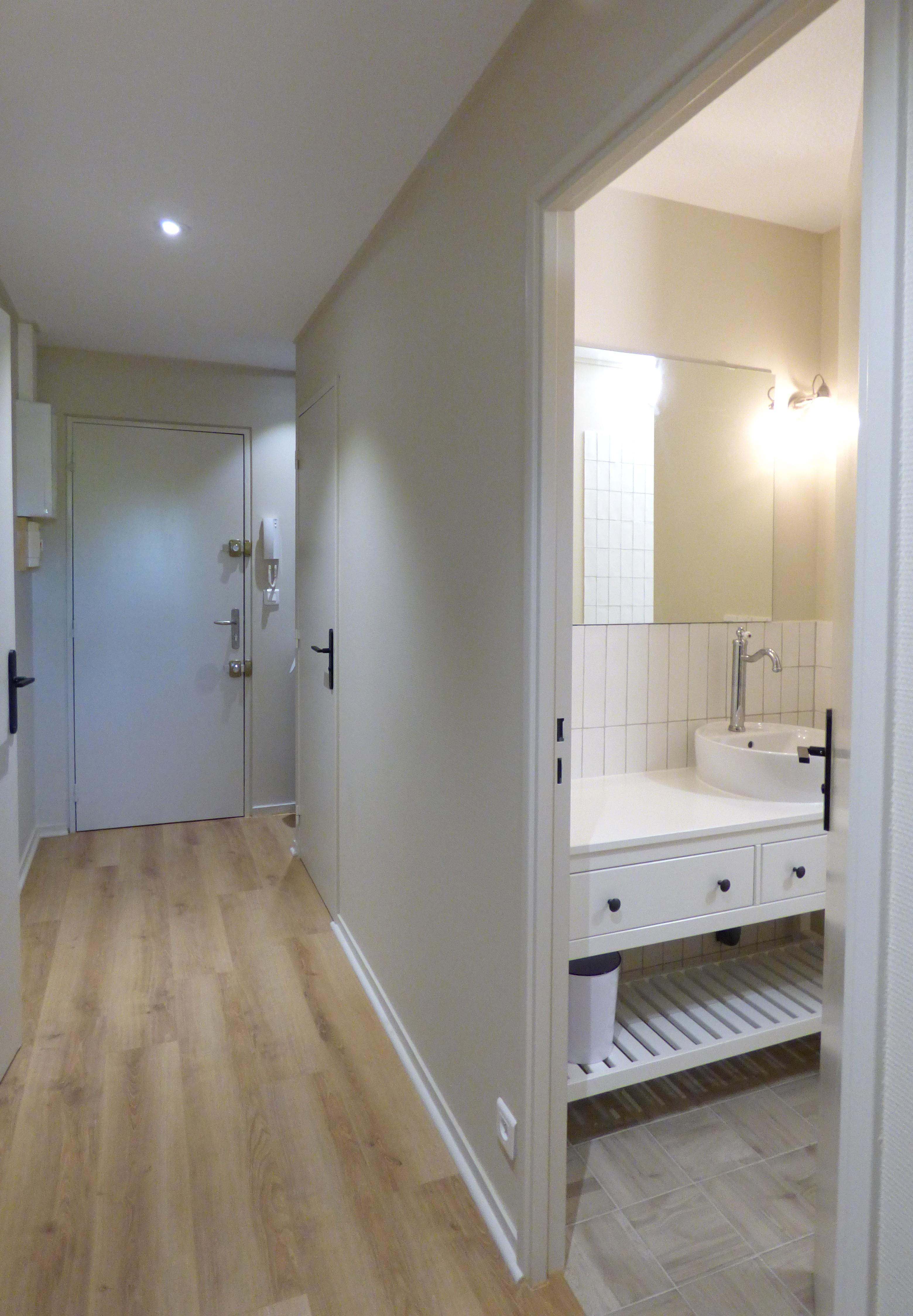 Lala Architectes_Renovation_Appartement_Couloir_Salle de bain_Blanc&bois
