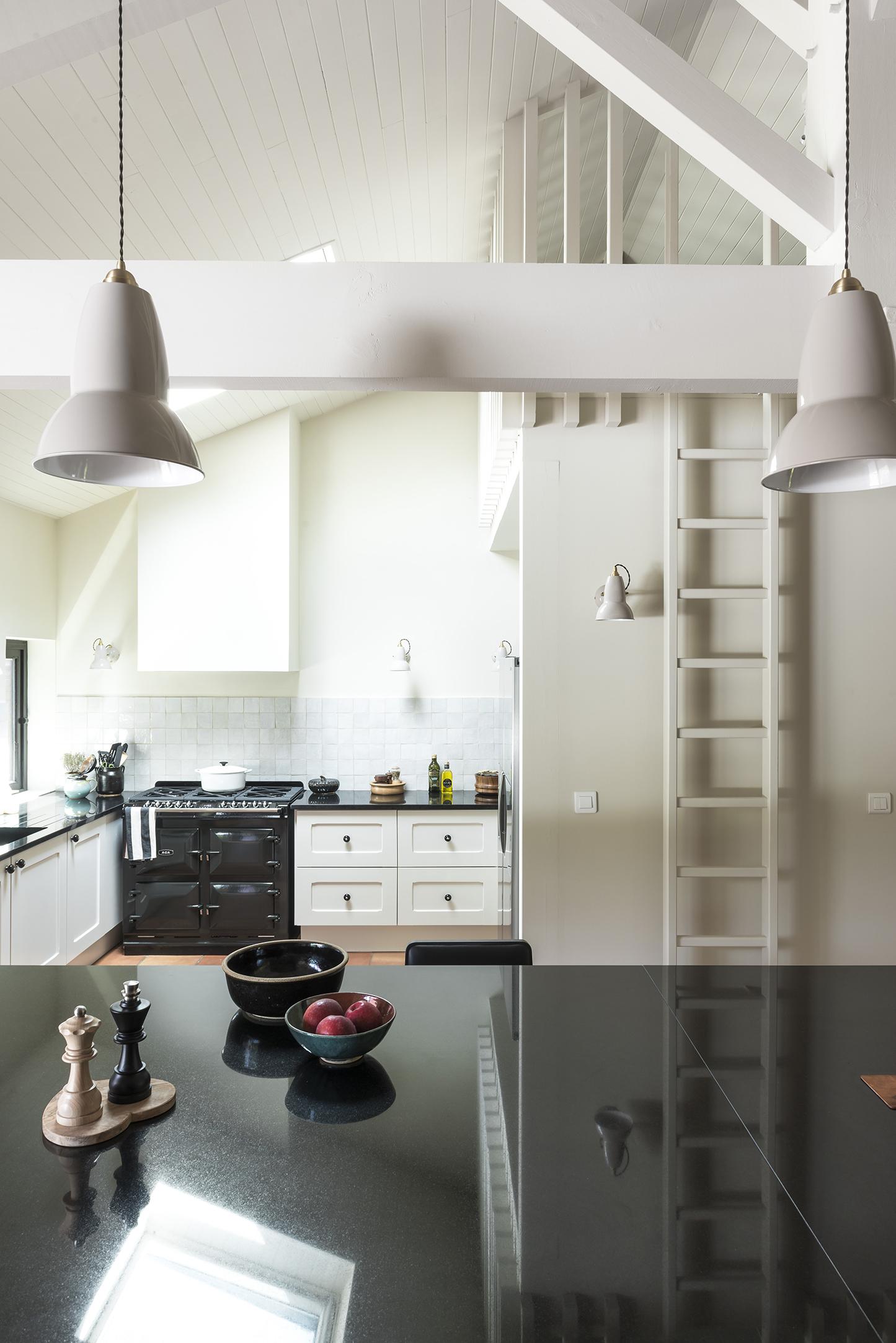 Lala Architectes_Renovation_Landes_Cuisine Black&white_Mezzanine Lattis bois
