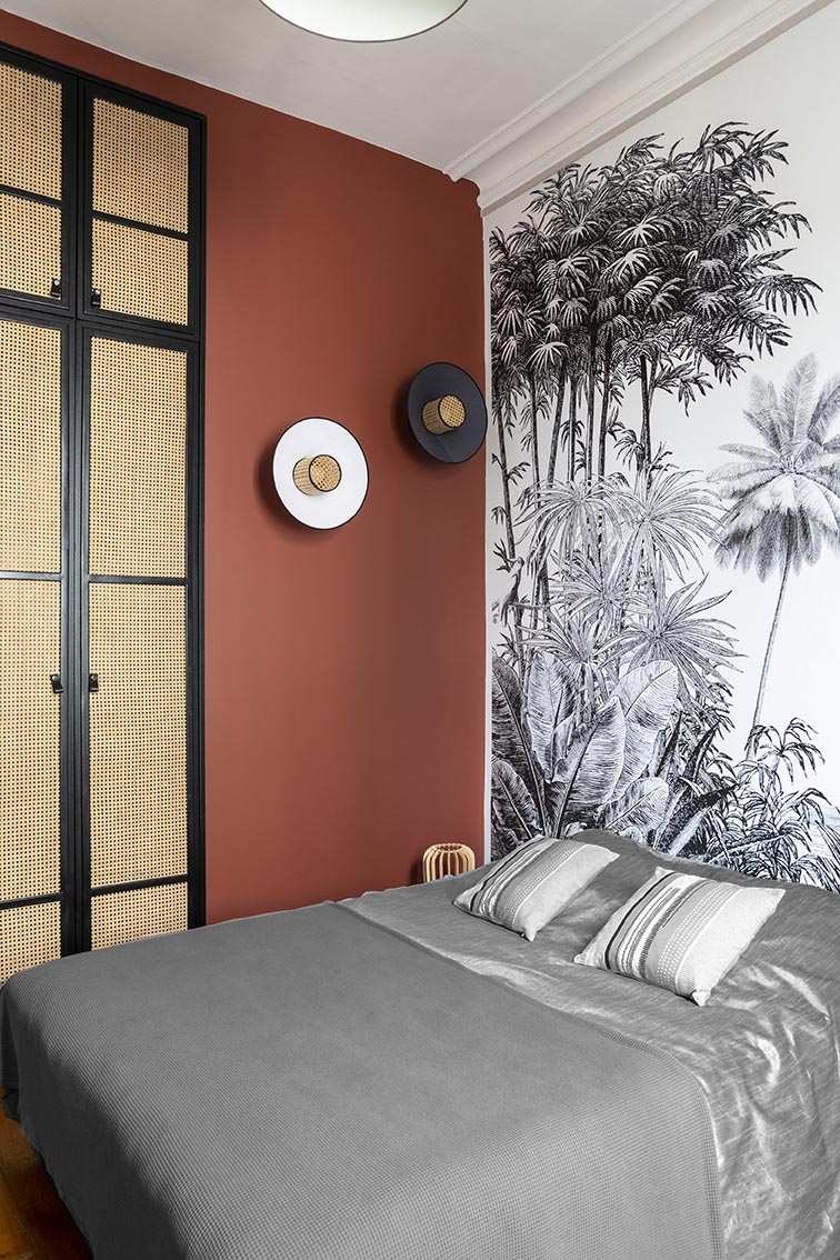 Rénovation_Echoppe_Lala-architectes_Chambre_Dressing_Cannages_Applique_Singapour_Marketset_Terracota_Papierpeint_fildescouleurs