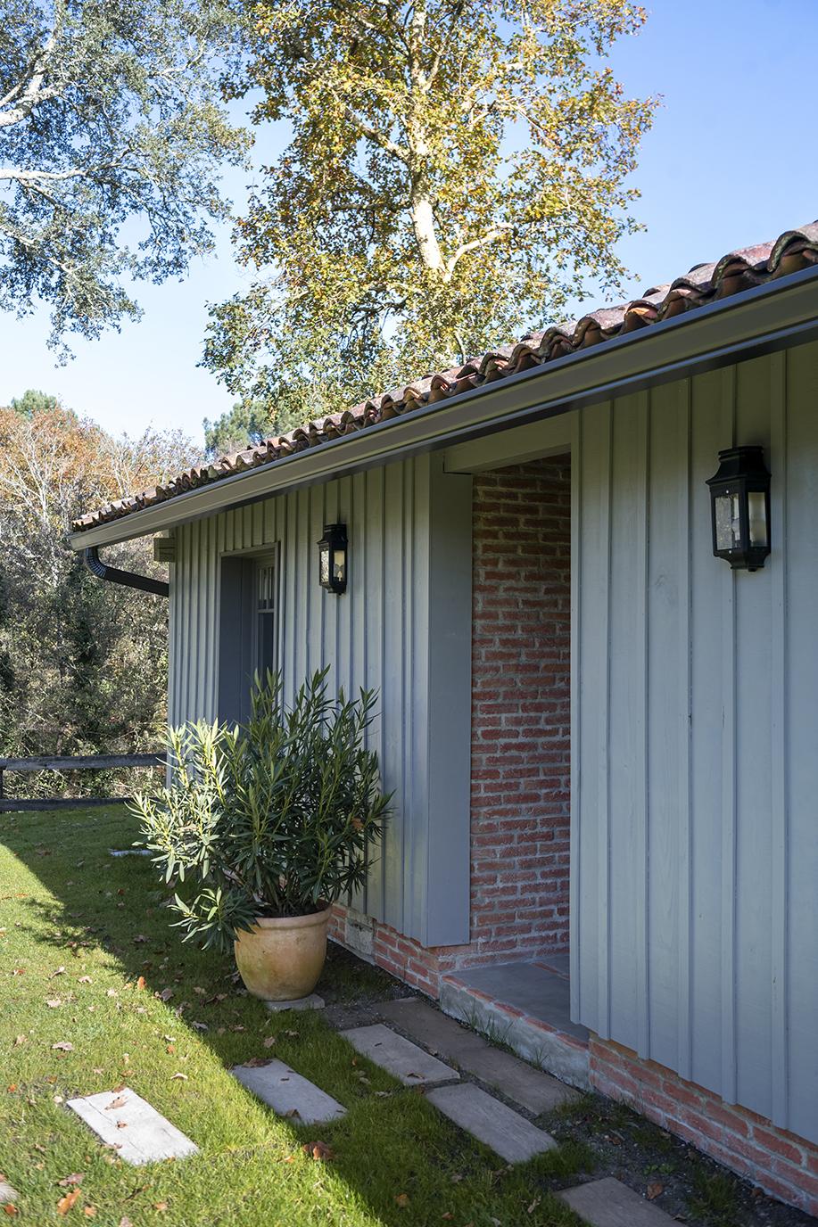 Rénovation_maison landes_lala architectes_contraste_briquettes_bardage
