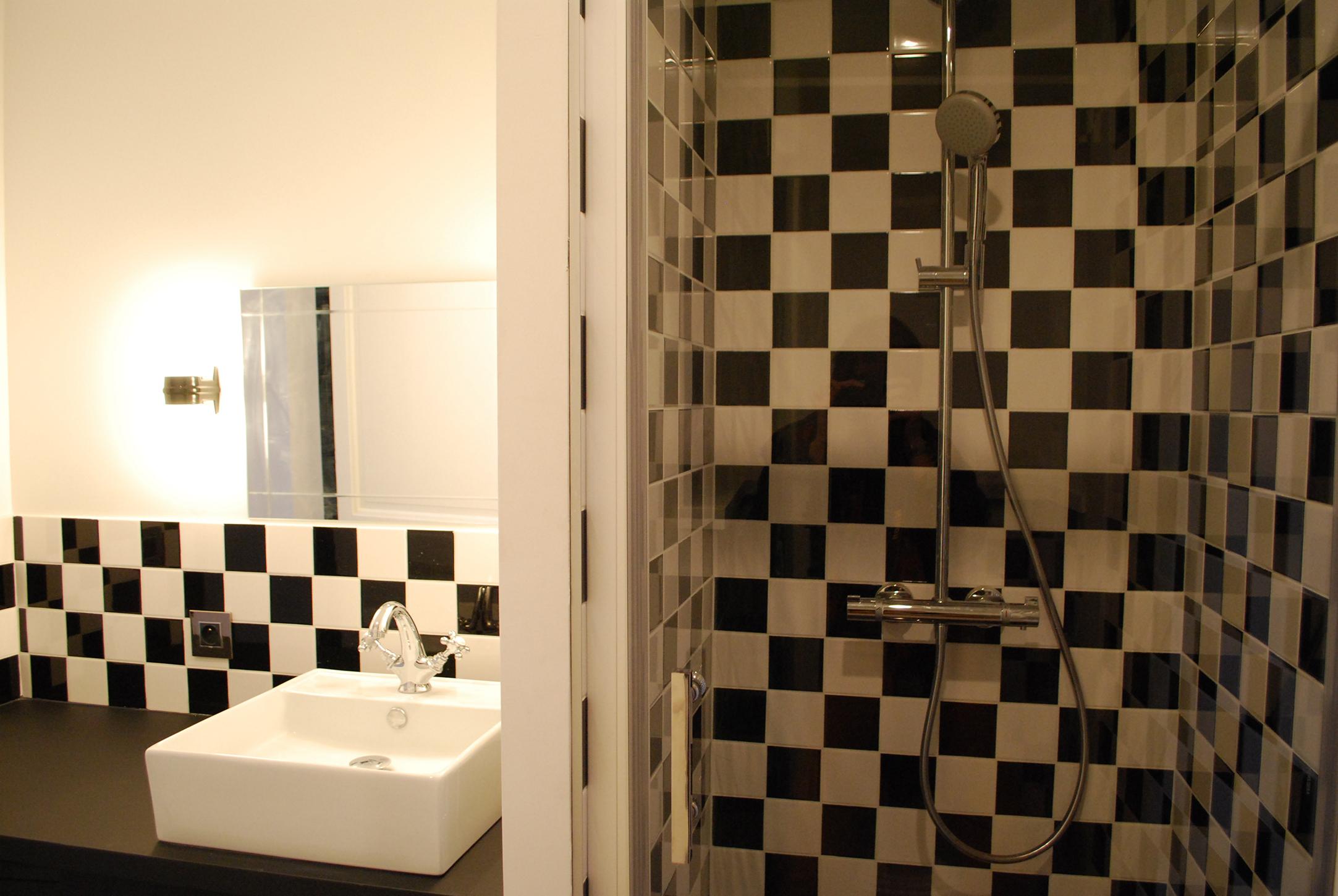 Studio Rénovation Bordeaux Centre_Salle de bain_ Noir et blanc_ Damier