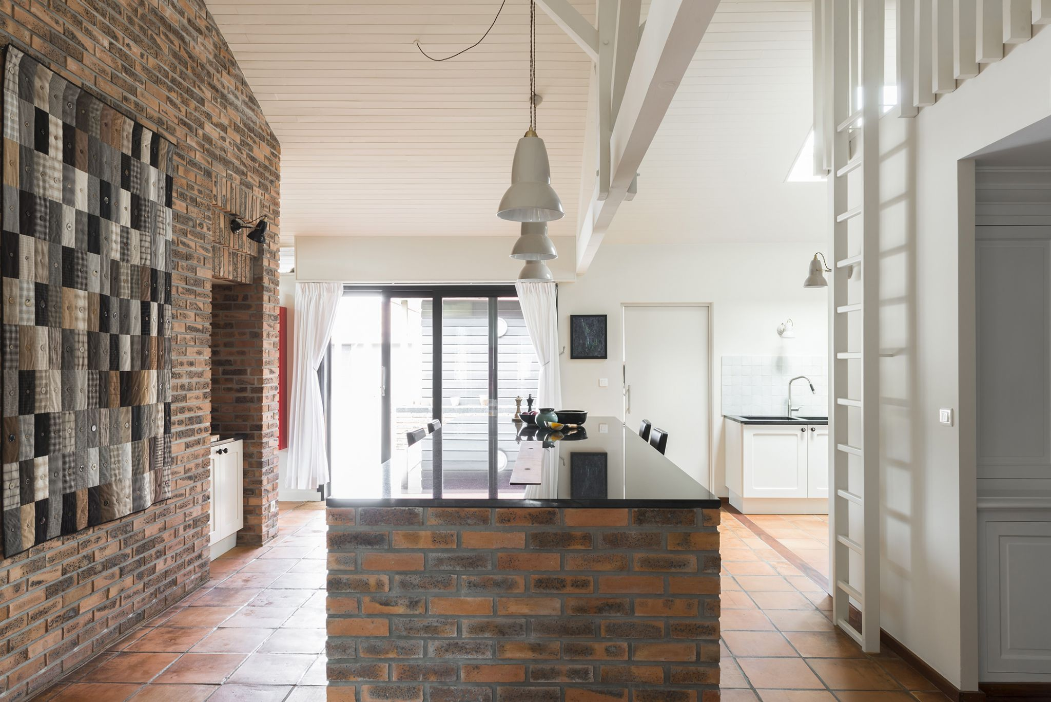 Lala Architectes_Renovation_Landes_Cuisine_Briquettes_Suspension Original BTC_Plan de travail Marbre du Zimbabwe